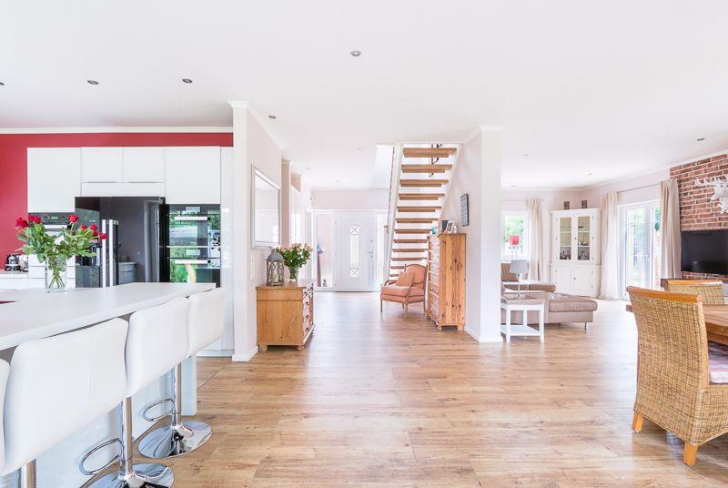 eingangsbereich wohnzimmer esszimmer und k che in einem der offene grundriss eines. Black Bedroom Furniture Sets. Home Design Ideas