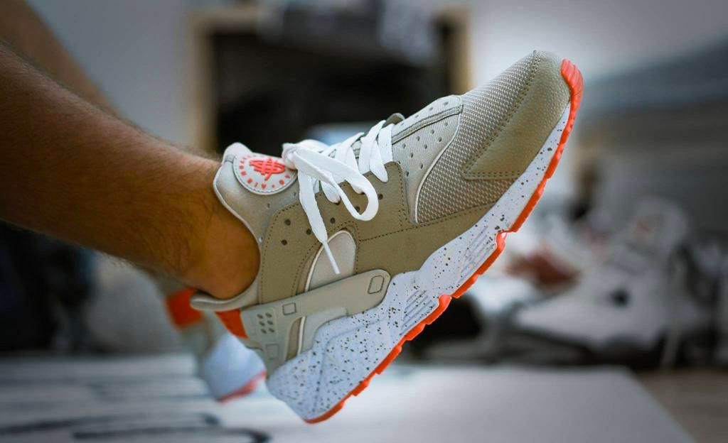 Nike Air Huarache Light Beige Laser Crimson Sneakers Sneakernews Streetstyle Kicks Adidas Nike Vans Newbalance Nike Air Huarache Huaraches Sneakers