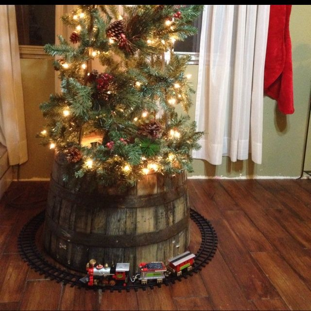 Albero Di Natale Yahoo.I Love This Idea Of The Barrel At The Bottom Of The Tree Child Proofing And Beautiful Whiskey Natale Rustico Idee Natale Fai Da Te Albero Di Natale Fai Da Te