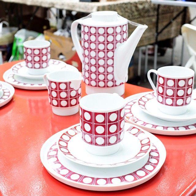 Love this retro tea set at the flea markets in #zurich