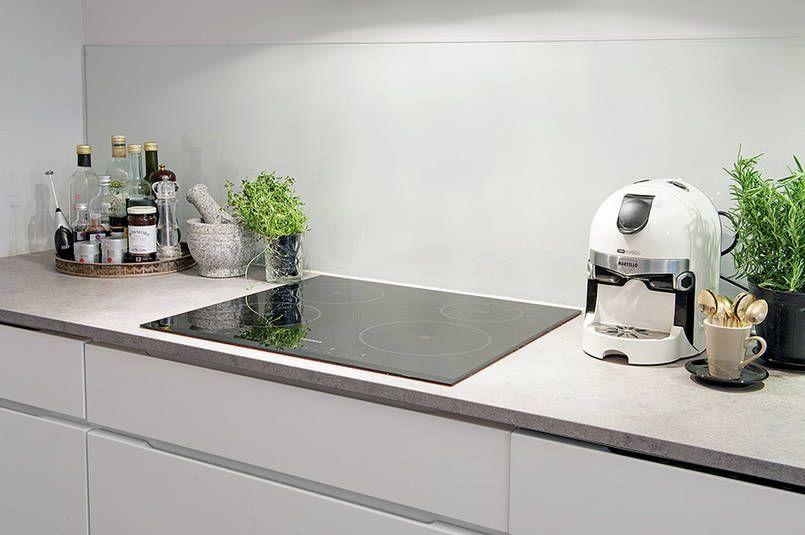 Kuchnia Ze Szklem Nad Blatem Modern Kitchen Kitchen White Kitchen
