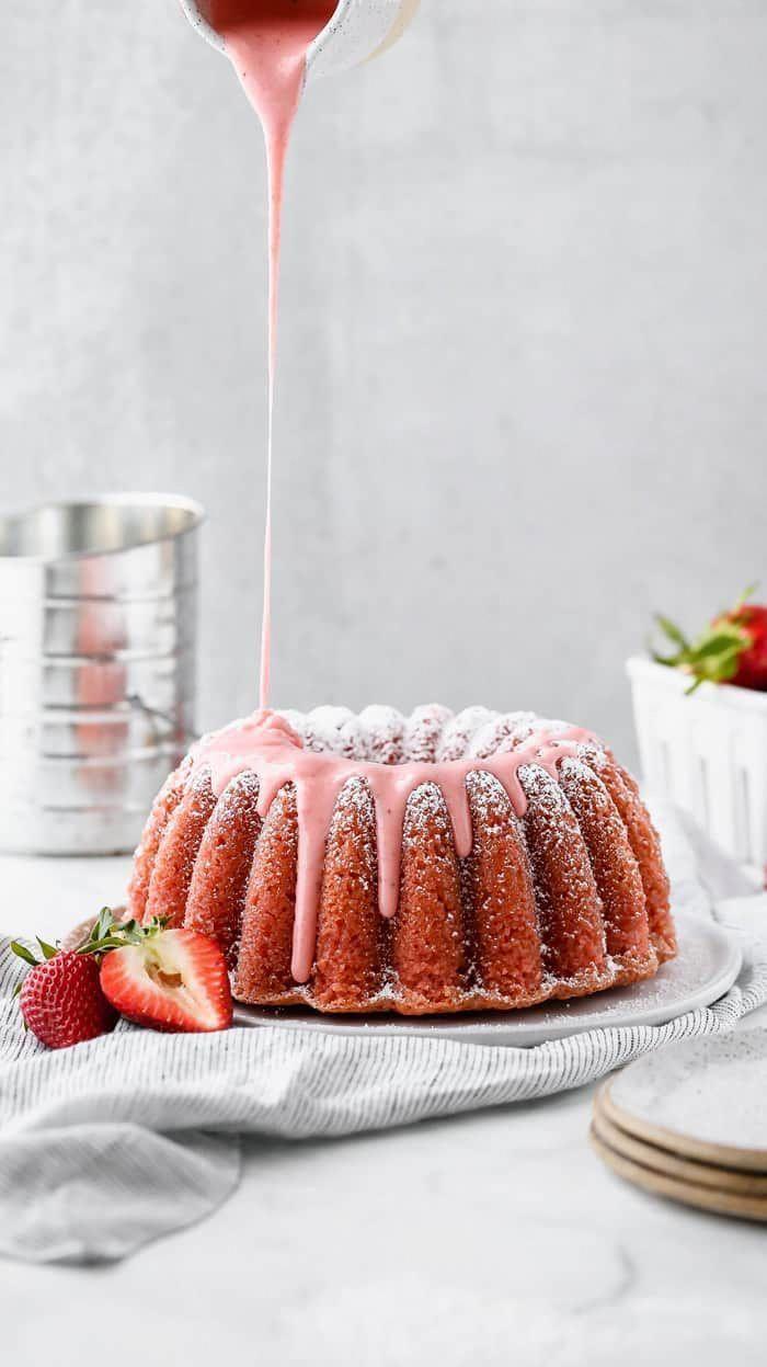 Photo of Frisches Erdbeer-Pfund-Kuchen-Rezept mit Erdbeerglasur darüber gegossen #poundc…