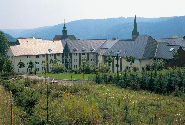 St. Josefshaus, Hausen a.d. Wied — Neubau des Schwerstbehindertenbereichs St. Josefshaus in Hausen a.d. Wied. Ca. 49.000 m³ BRI. Außenfassade teilweise in Klinkerausführung mit handgeformten rustikalen Klinkern, die sich der umgebenden Bebauung anpassen.