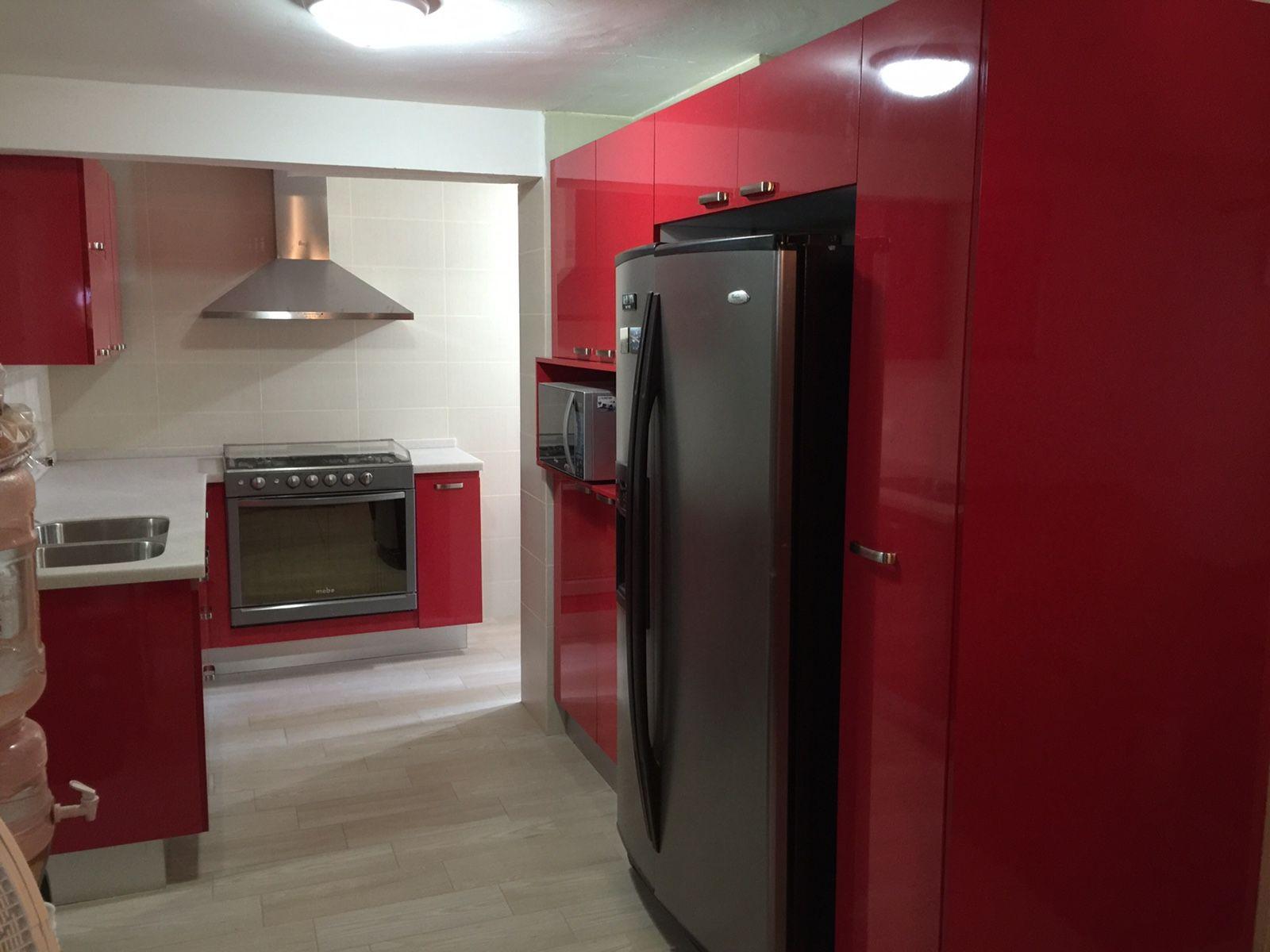 Cocina rojo brillante con cubierta de superficie s lida for Superficie cocina