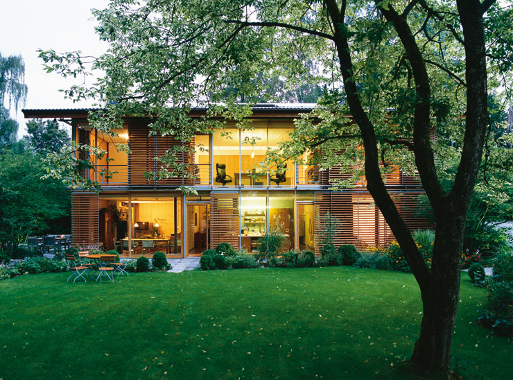 Holzhäuser Modern lärchen holzhaus mit gläserner fassade lamellen aus lärchenholz
