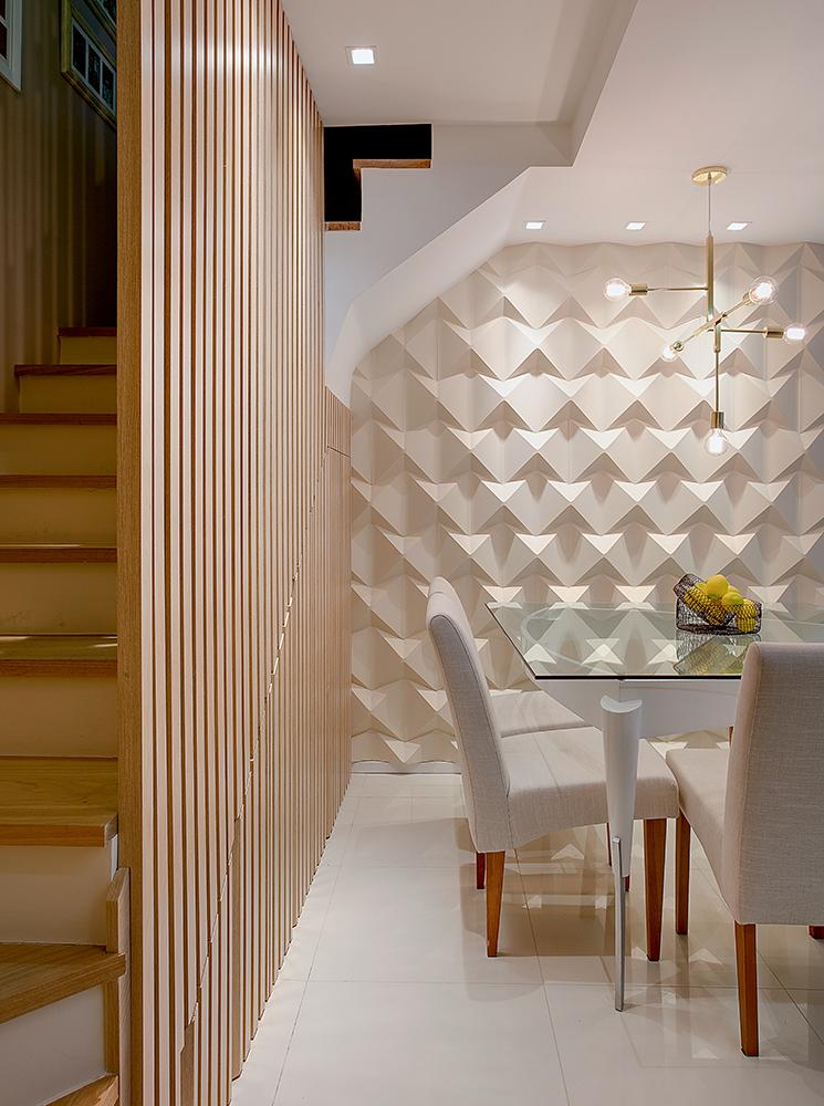 Salas integradas com painel ripado de madeira e azulejo 3d for Azulejo para pared de sala