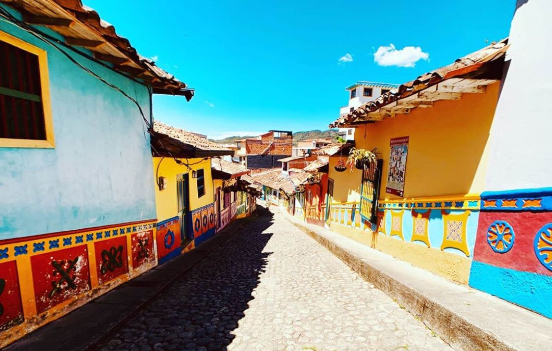 Colorida y musical se presenta Colombia ante el mundo! . Descubre junto a MusicalGetaways.com el lenguaje internacional de la música!  #beautifuldestinations #colombia #travel #culture #music #art #streetart #artists #musicians #musictours #specialholidays #musicalexperiences #Musicalgetaways #tours #gotravel #colorsofmusic
