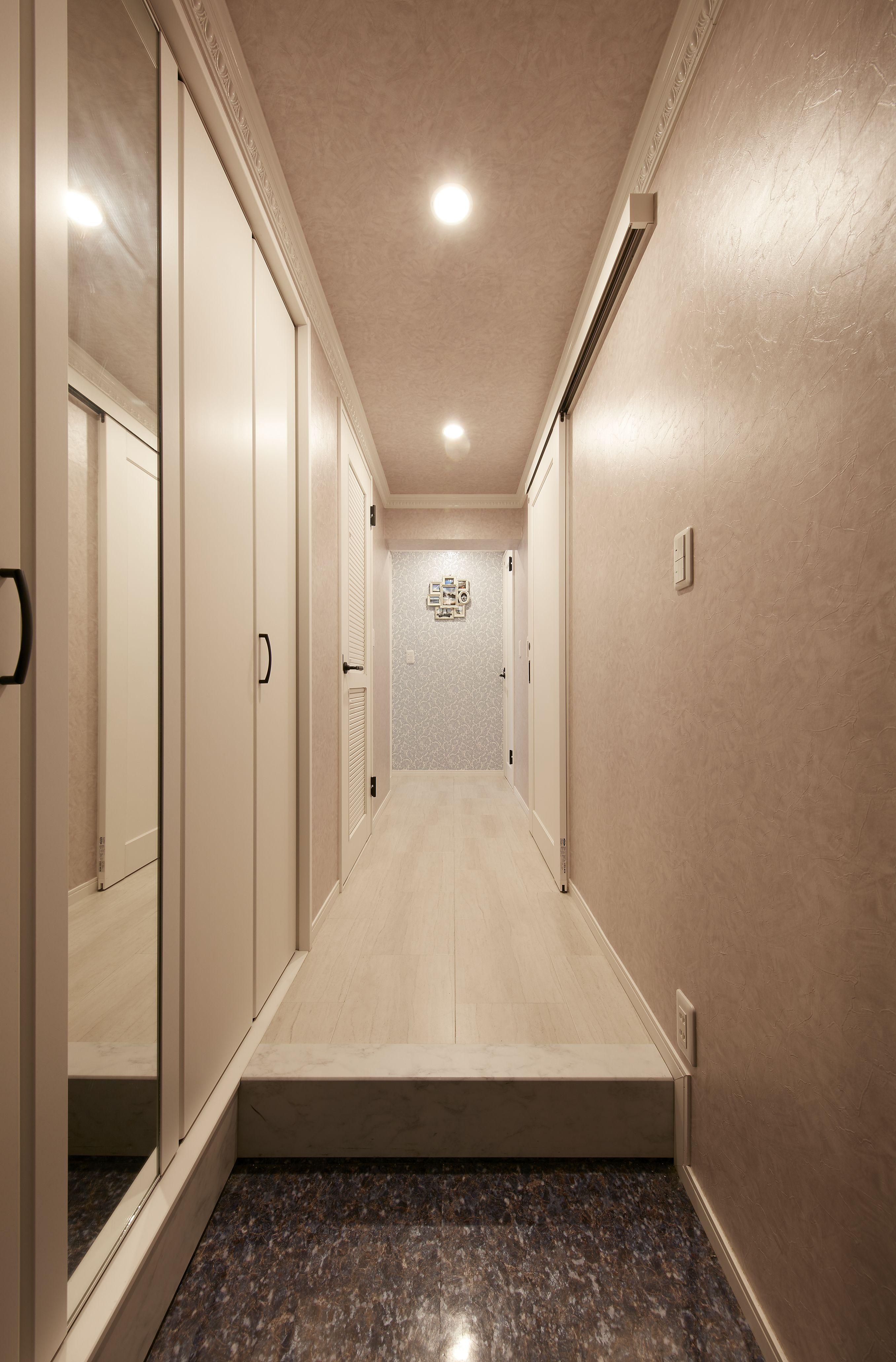 築30年のマンションをリノベーション 玄関から廊下にもモールディング