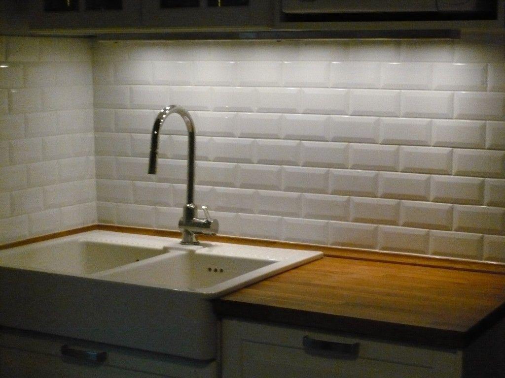 carreaux m tro sur le mur de cuisine cuisine retro urbain pinterest pose de carrelage. Black Bedroom Furniture Sets. Home Design Ideas