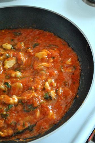 Μύδια σαγανάκι με κόκκινη σάλτσα