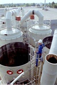 Onderhoud aan een #PVC-GVK biogaswas installatie in Amerika. De kunststof #afzuigleidingen zijn gedemonteerd.