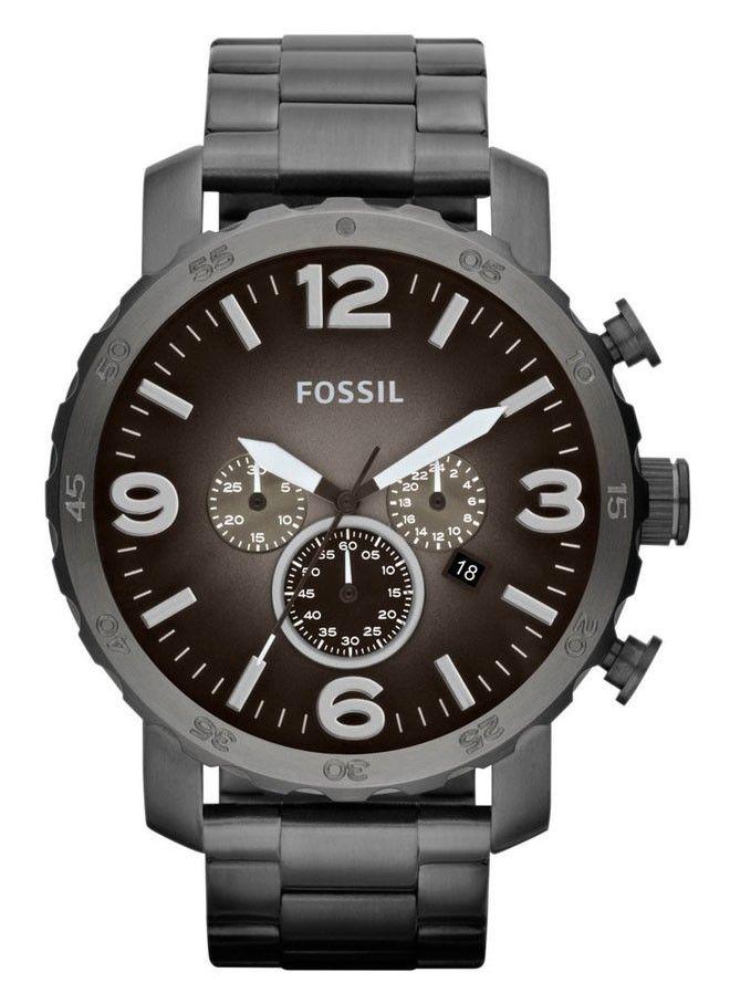 Fossil Herenhorloge 'Nate' Chronograaf JR1437. Een mooi en stoer 'legerlook' horloge. Uitgevoerd met een grijzae band en kast. De wijzerplaat heeft een bruine kleur en is voorzien van een 24-uurs aanduiding en een chronograaf. https://www.timefortrends.nl/horloges/fossil/heren.html