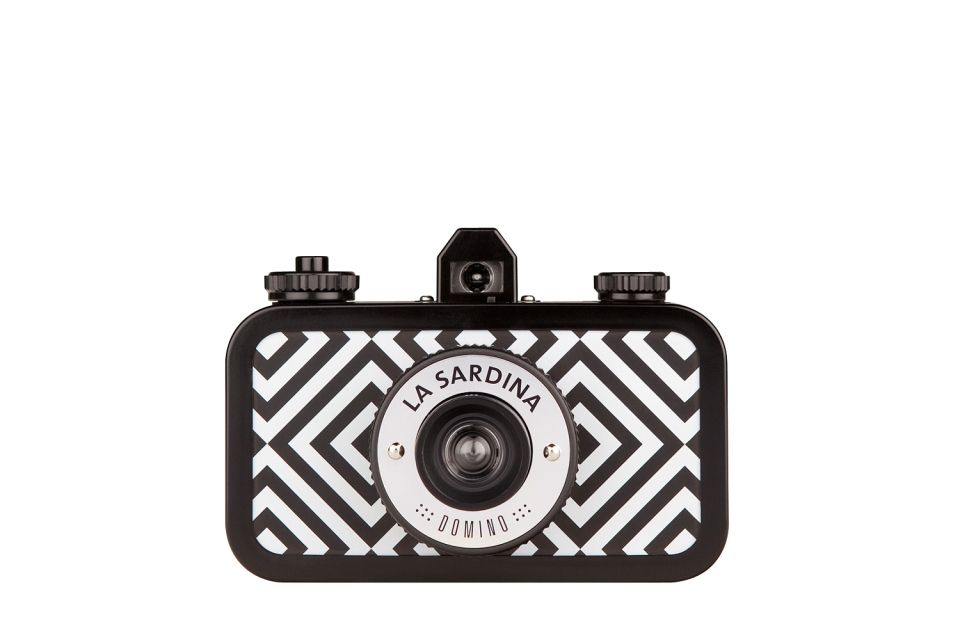 Effortlessly classy and stylish in its monochromatic diamond pattern, La Sardina Domino Pattern Edition boasts multiple-exposure capabilities and a smooth-scrolling rewind dial. It's exceptionally talented in producing gorgeous wide-angle photos!