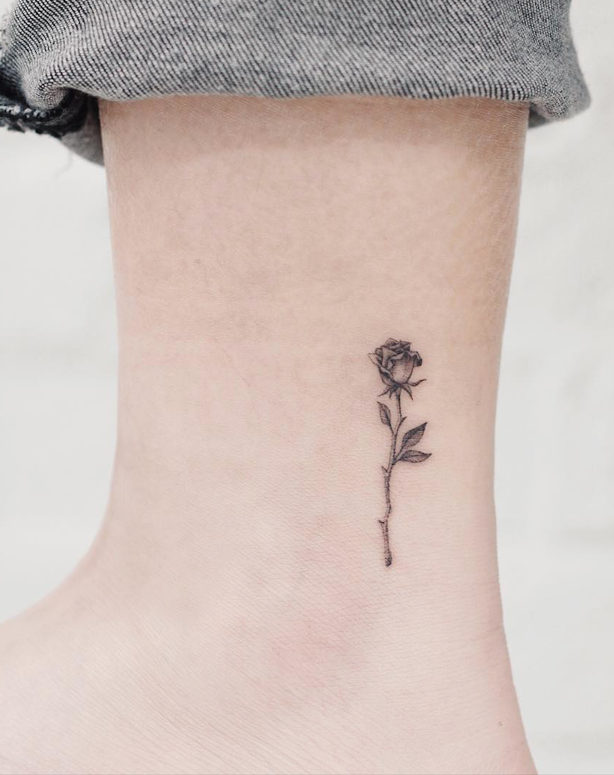 Minimalist Flower Tattoos According To Your Personality With Images Artsy Tattoos Feminine Tattoos Small Flower Tattoos