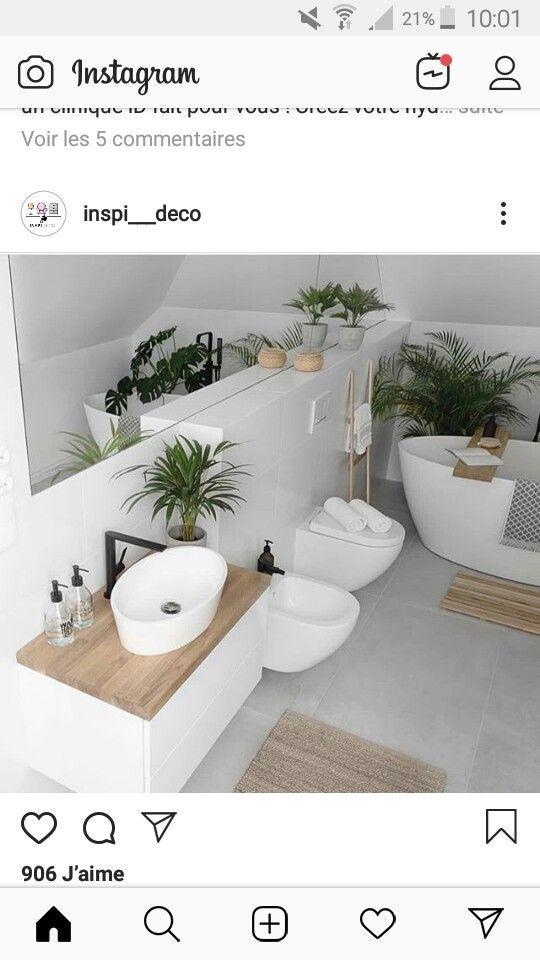 Photo of Licht grijze vloer, witte tegels, houten details #simplebathroomdesigns Licht gr …