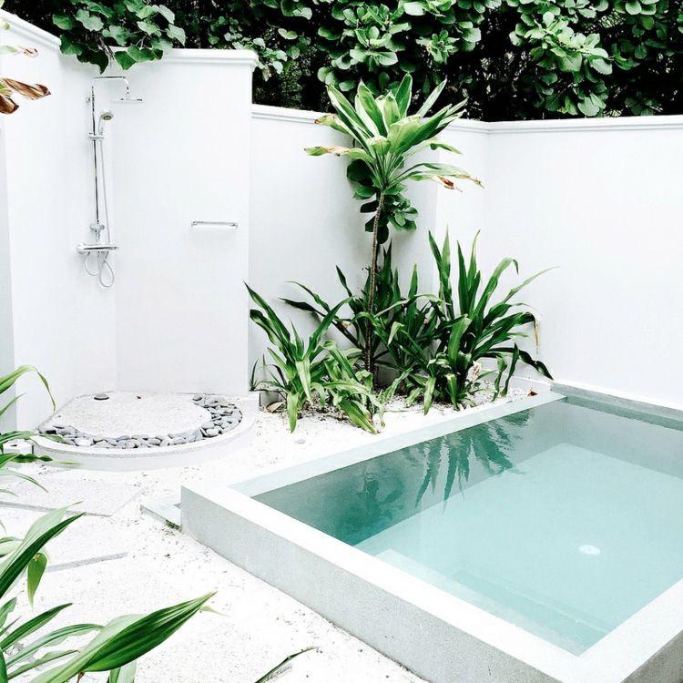 Piscine Pour Petit Jardin Dotée Du0027une Margelle Blanche Et Entourée De  Gravier Décoratif Blanc