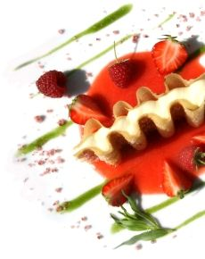 Dolce alle fragole dedicato a Franca Valeri da Assaggi di Teatro e dalla chef Marianela Susigan. Performance e ricetta http://www.roma-gourmet.net/sito/?p=24763 #assaggiditeatro #red