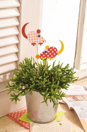 Vor den Blumensteckern muss man nicht erschrecken: süße Mäuse im Grün