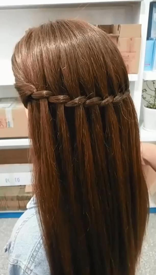 An example of straight hair styles, daily simple and easy to learn hairdressing hairstyles, can be completed in a few simple steps.