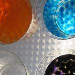 Fem barreges de colors sobre la taula de llum: aigua amb colorants!