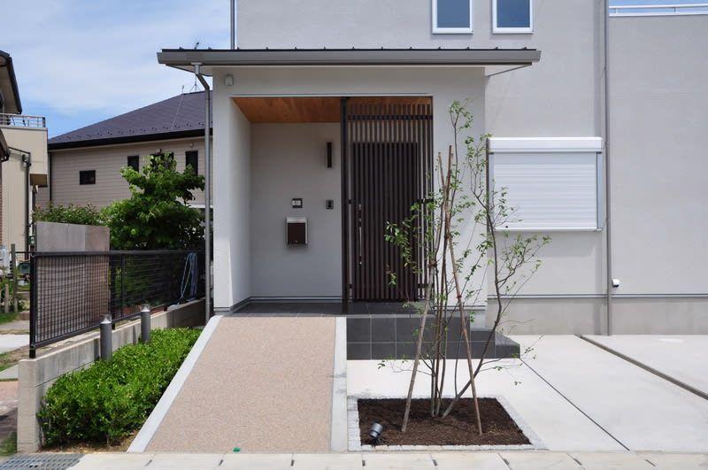カバードポーチのある家 ナチュラルでシンプルな家 デザイン住宅に