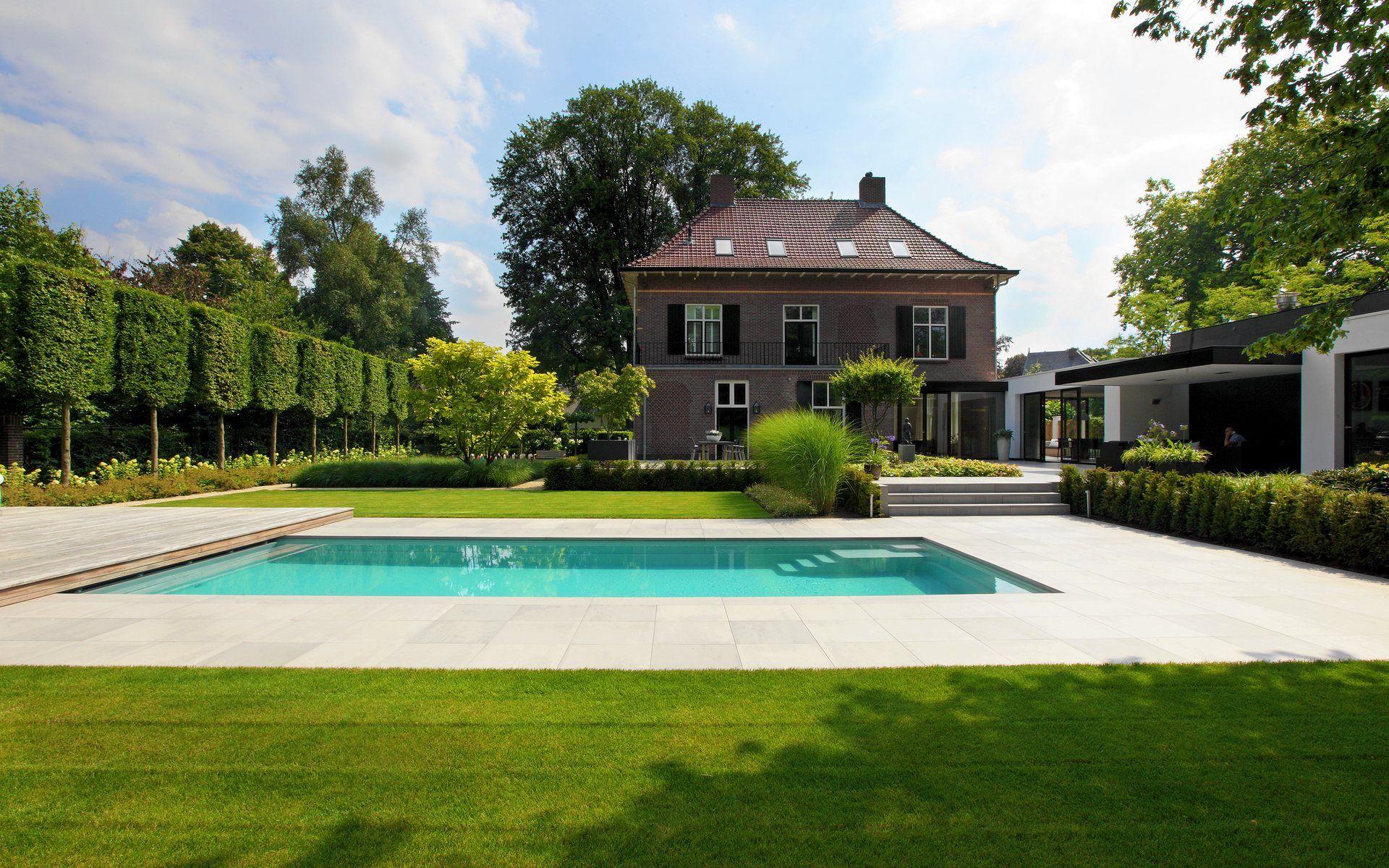 Grote Moderne Tuin : Grote moderne tuin met groot zwembad compass pools keramische tegels