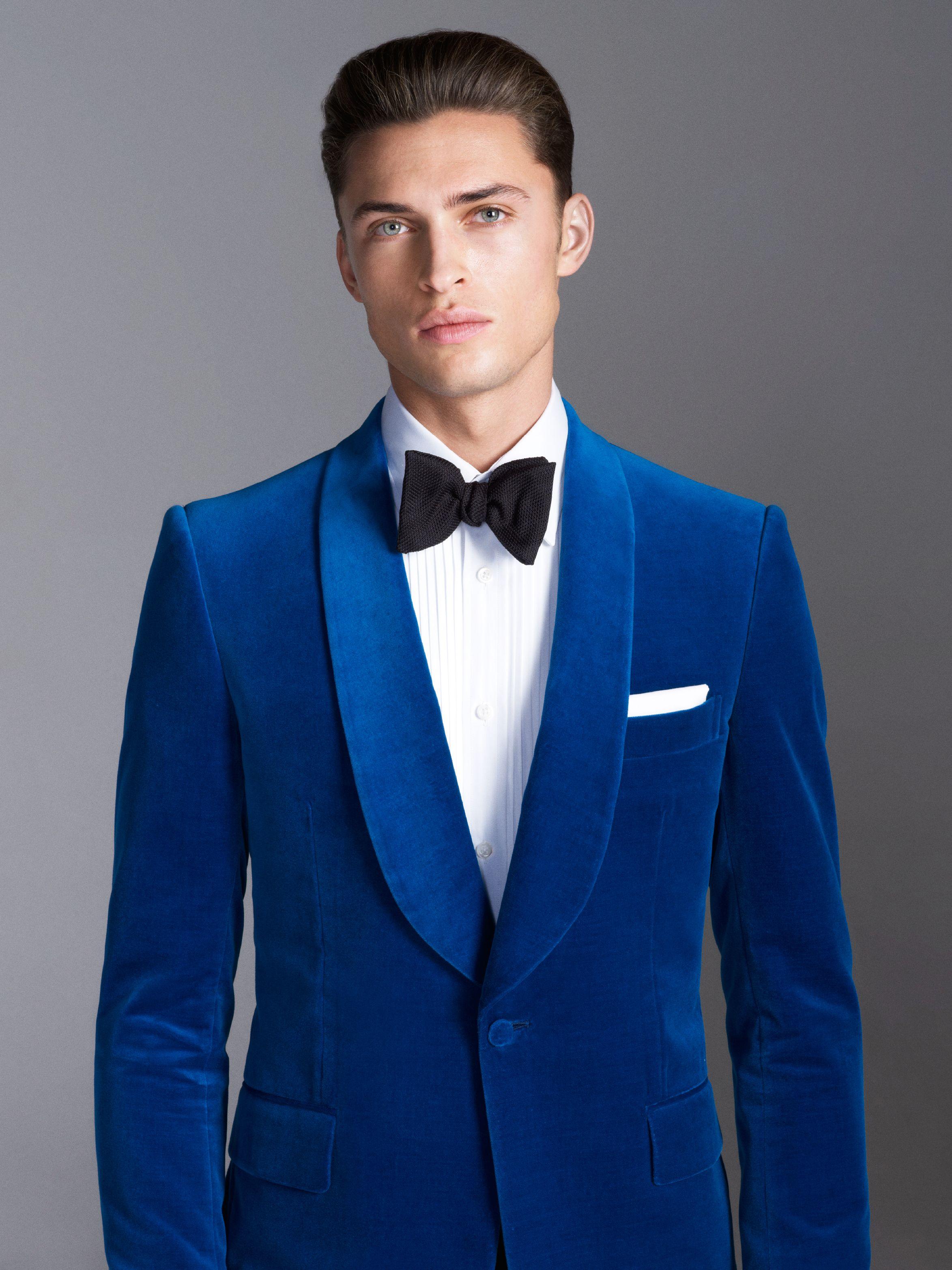 c52cb0af71502 Gieves   Hawkes s exquisito smoking en terciopelo azul francia ...