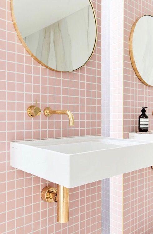 Rosafarbene Fliesen im Badezimmer mit goldener Deko. | Badezimmer ...