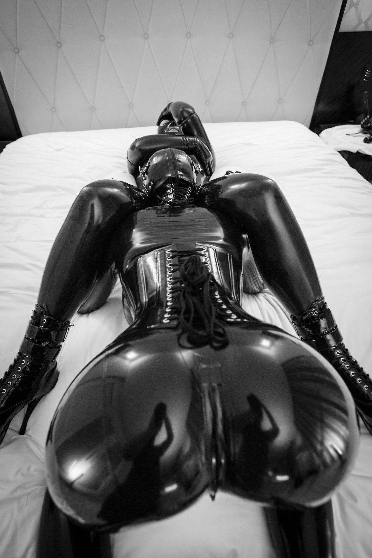 Showing Porn Images For Vacuum Bed Latex Catsuit Porn