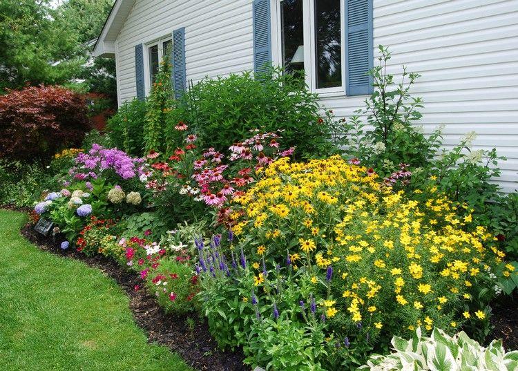 Farbenfrohes Blumenbeet An Der Hauswand Gestalten