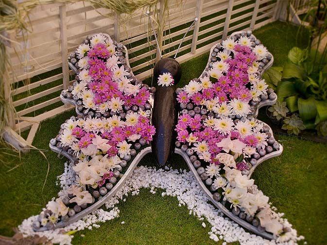 DIY Gartendeko mit Kies und Chrysanthemen butterfly floral
