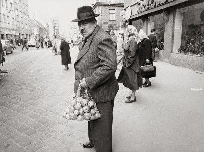 Nach dem Einkaufen am Brunnenmarkt in Wien XVI. , Ottakring. Photographie. 1951.