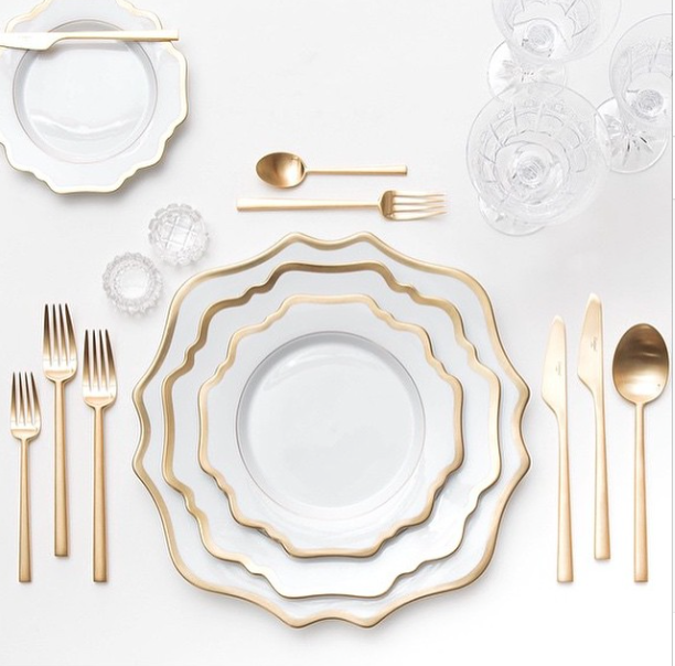 White And Gold Place Setting Wedding Decor Casa De Perrin Clean White Glam Fabulous Gold Lining Modern Modern Luxury Tabletop Decor Gold Place Setting