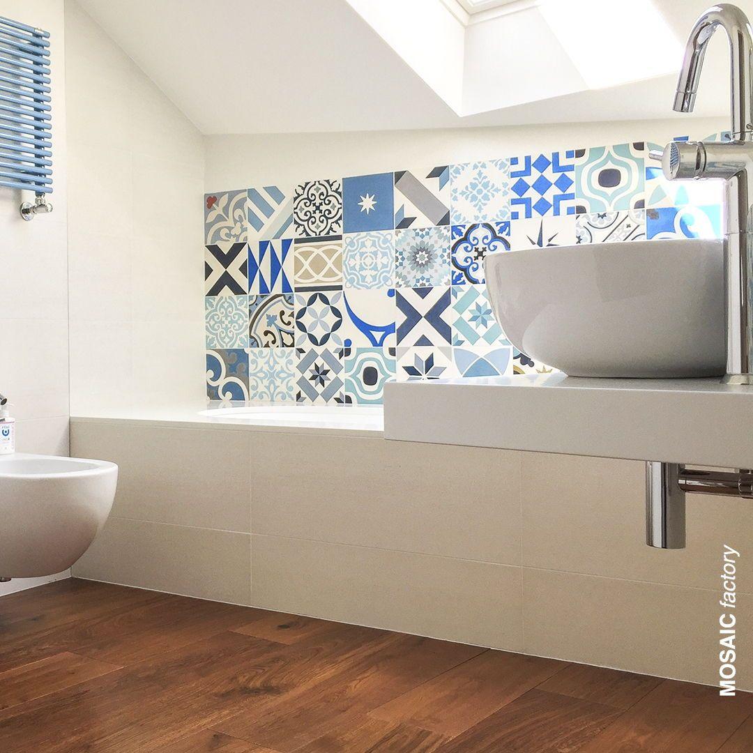Bano Moderno Con Azulejos Hidraulicos Azules Tipo Patchwork Una