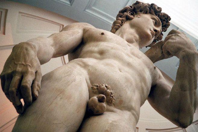 El 'David' de Miguel Ángel presenta pequeñas fracturas en la parte inferior de sus piernas a causa de su propia inclinación que podrían poner en peligro la integridad de esta escul