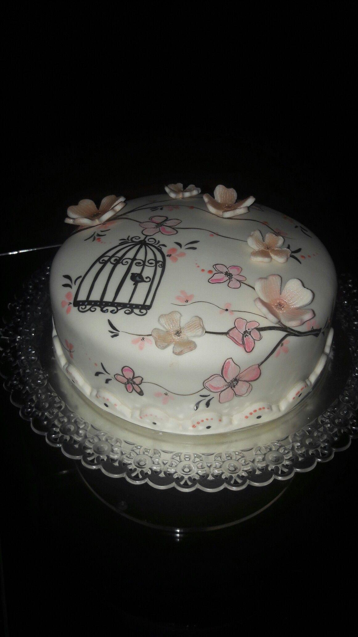 Pastel con jaulita y flores de fondant y pintado a mano