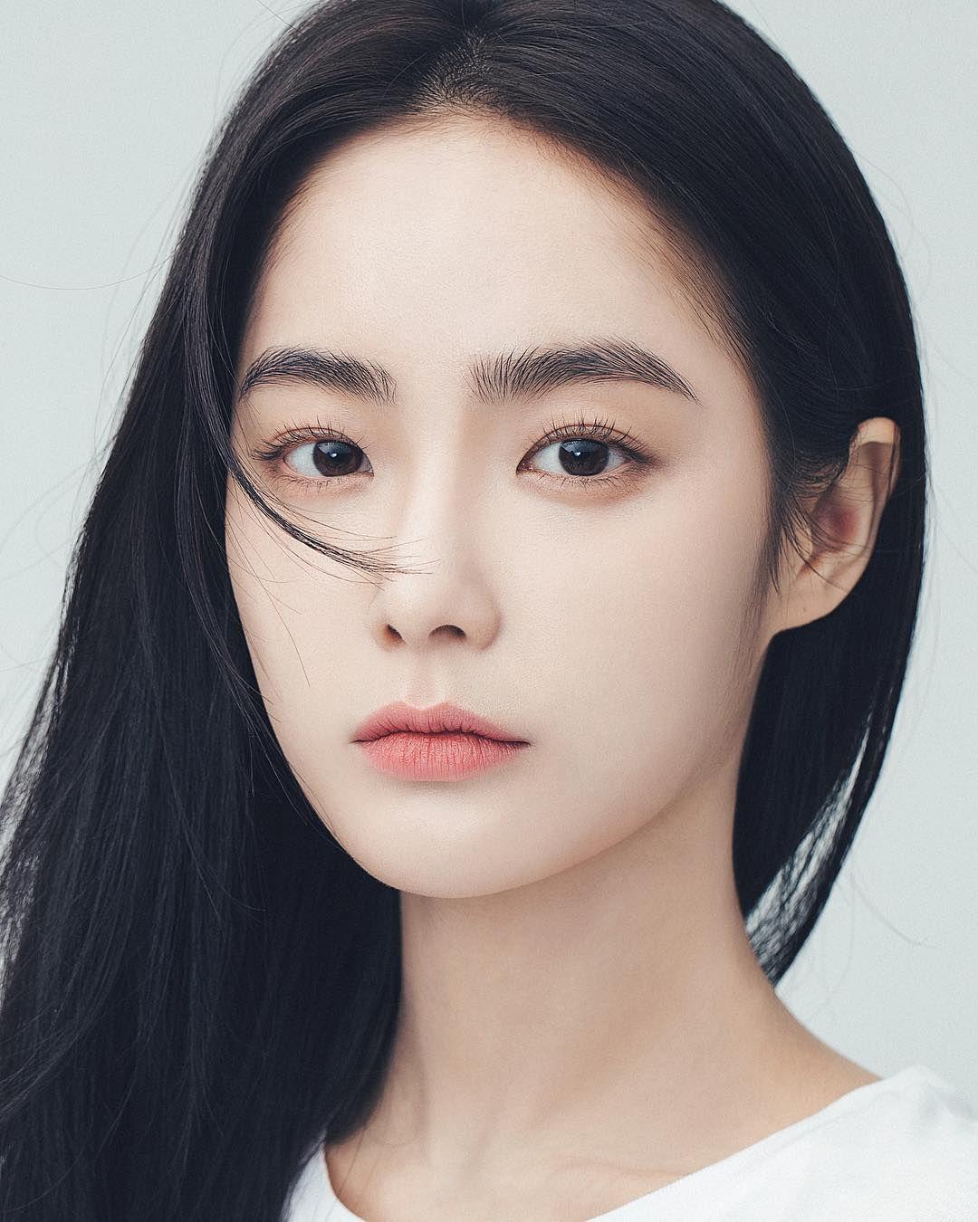 受到韓系彩妝的影響,近年溫柔婉約的平眉、一字眉型成為主流,框出眉型後填色的畫法,工整清爽又能簡單上手,不過,最近歐美