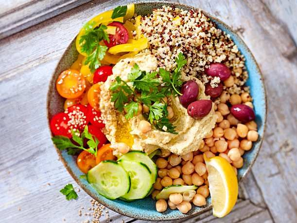 Mediterrane Bowl mit Quinoa und Hummus #cleaneatingresults