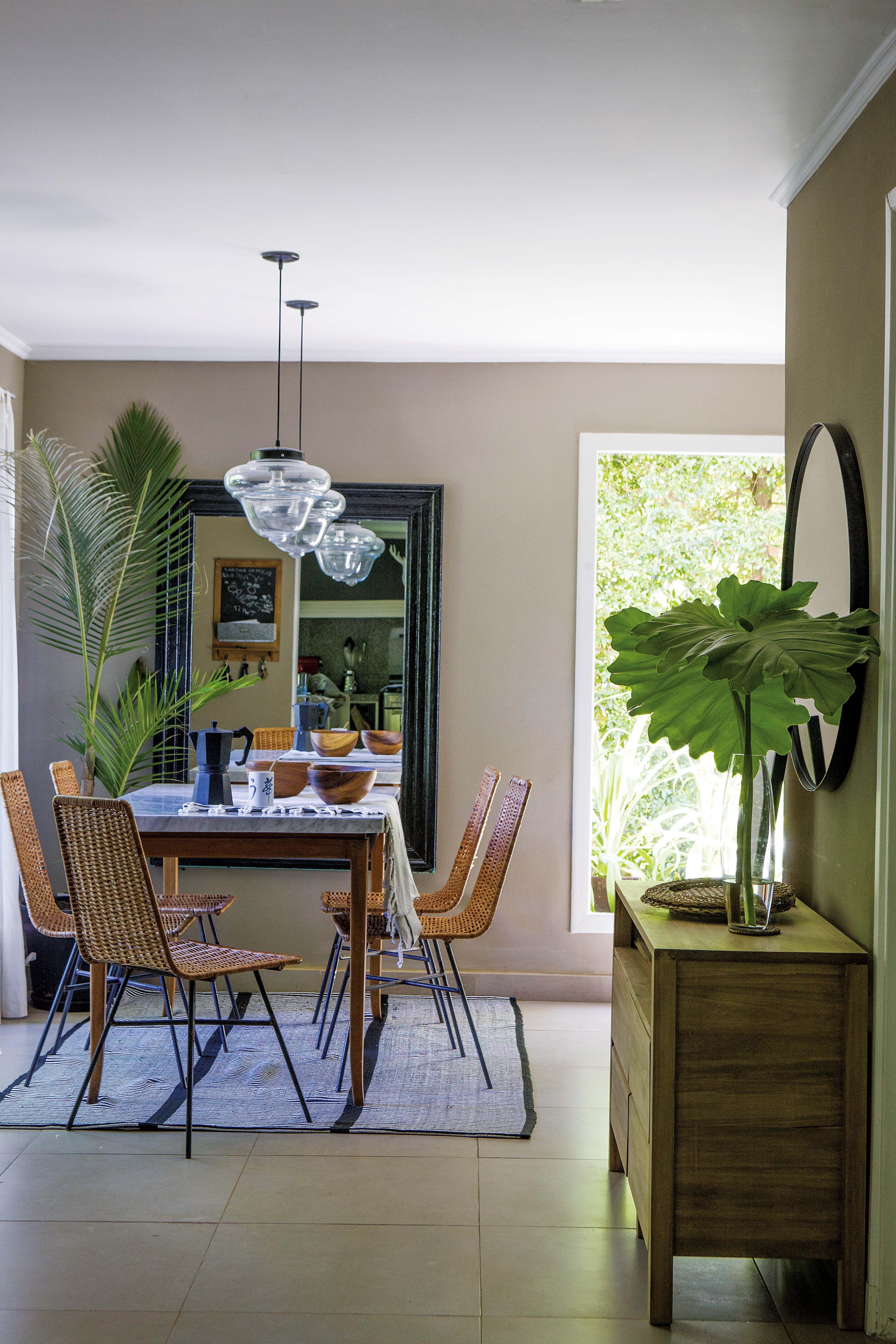 Una casa en un country con aire tropical por dentro y por fuera