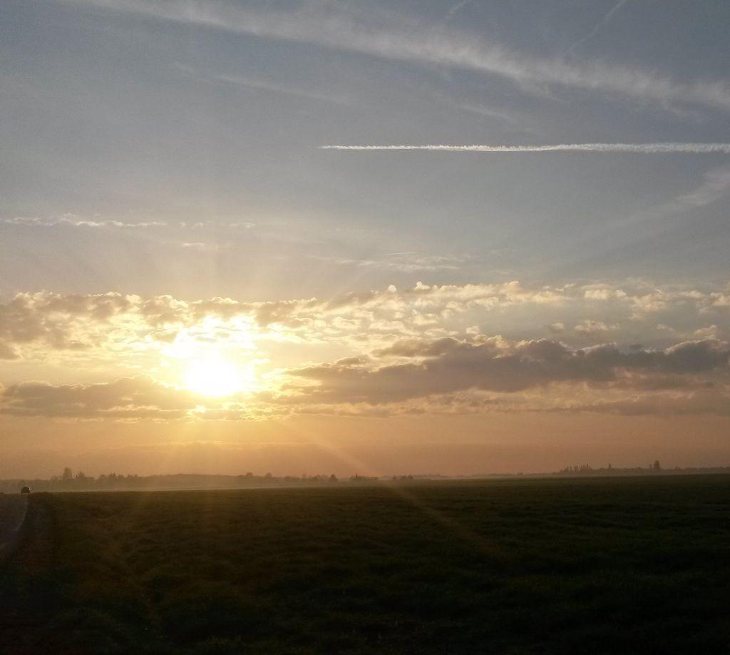 Ce mardi 4 avril, le soleil se lève sur les terres agricoles de Magny-les-Hameaux. Un magnifique tableau printanier qui présage une belle journée...