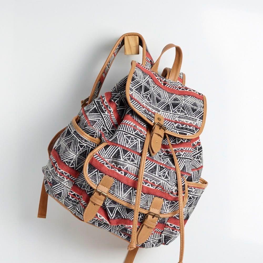 BTC 0091 - mochila de tecido em 4 opções de estampa e/ou trama. possui 1 bolso frontal e 2 laterais e detalhes em napa soft caramelo. o fechamento é de ímã com detalhe de fivelas. alt:34cm. larg: 31cm. prof: 18cm. #coloridoviamia