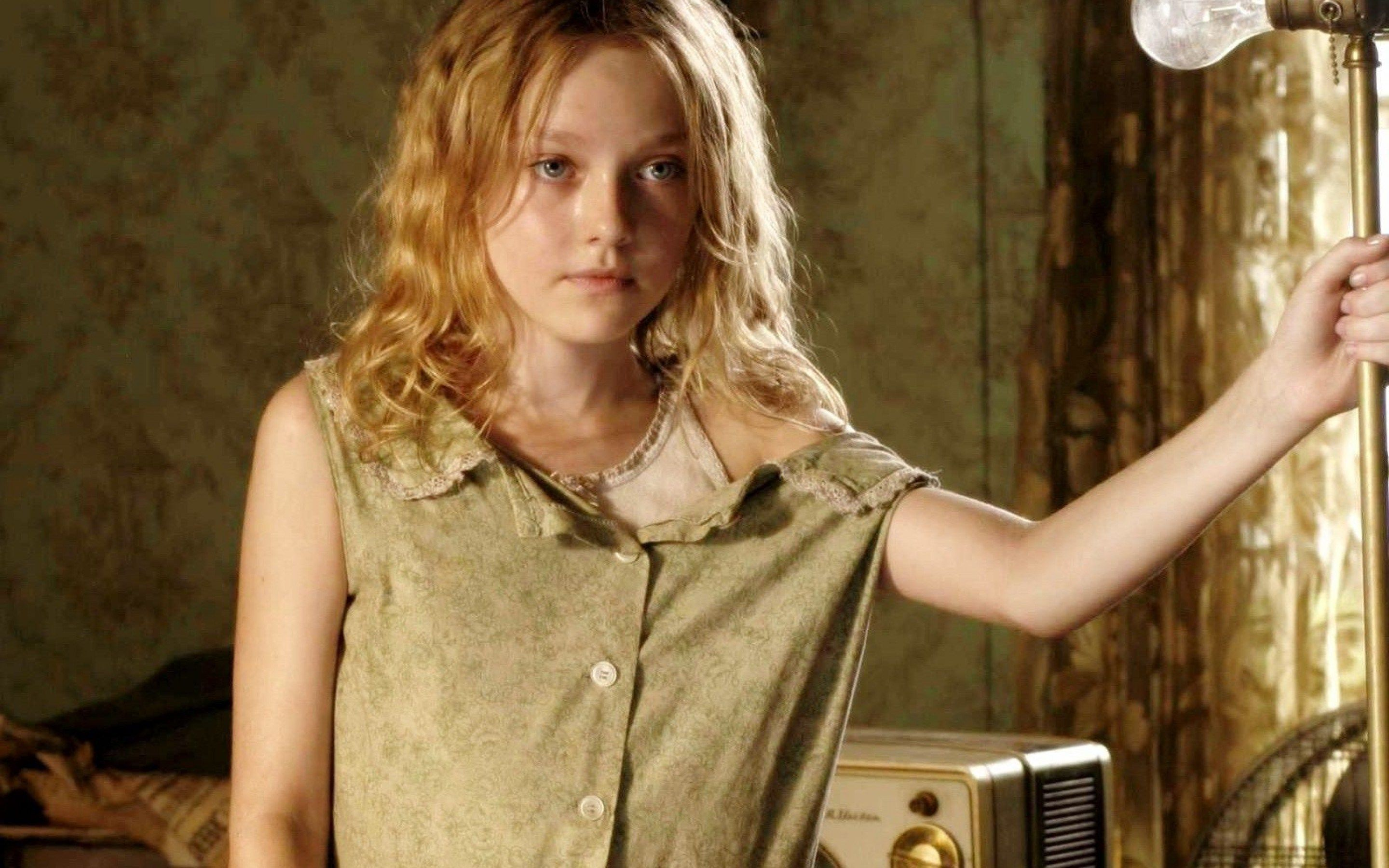 2880x1800 px dakota fanning picture for mac by Bartley Walls