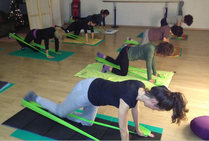 Le nostre allieve durante una lezione di Pilates con elastici