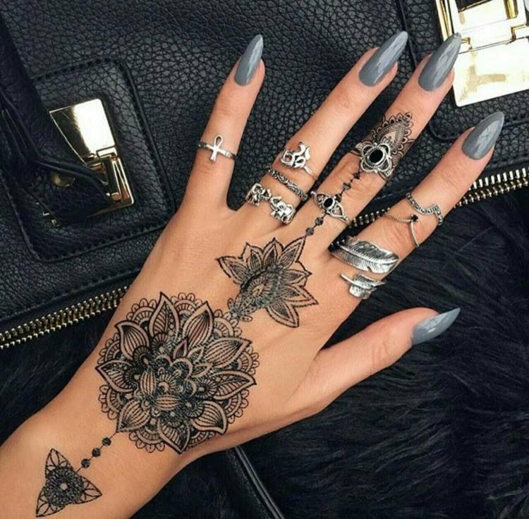 Tatouage doigt femme et homme petites id es grand symbolisme tatoo tattoo and hennas - Tatouage doigt femme ...
