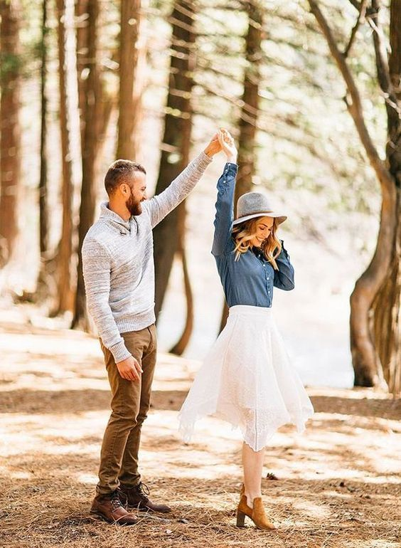 Stunning Wedding Engagement Photo Ideas For Country Outdoor Weddings With Fun Rustic F Engagement Photo Poses Engagement Pictures Poses Engagement Photos Fall