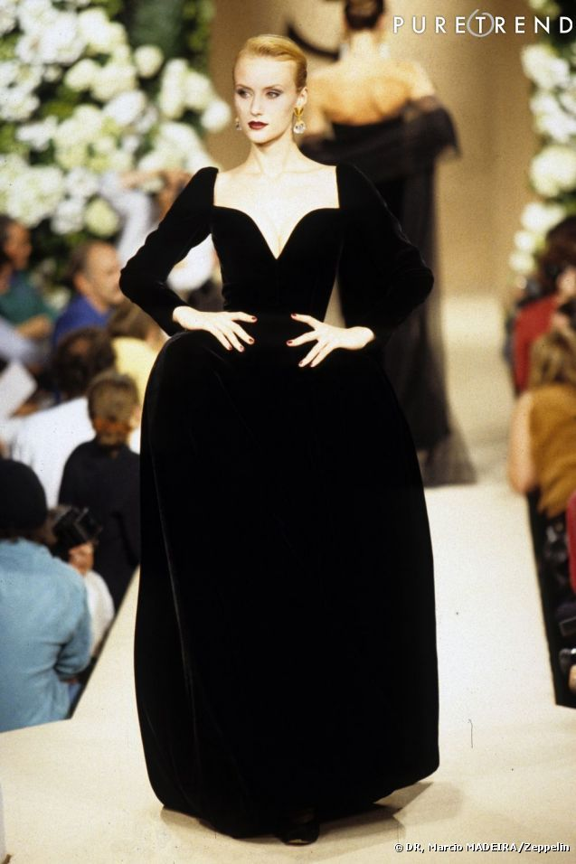 photos yves saint laurent haute couture automne hiver 1995 1996 robe du soir en velours de. Black Bedroom Furniture Sets. Home Design Ideas