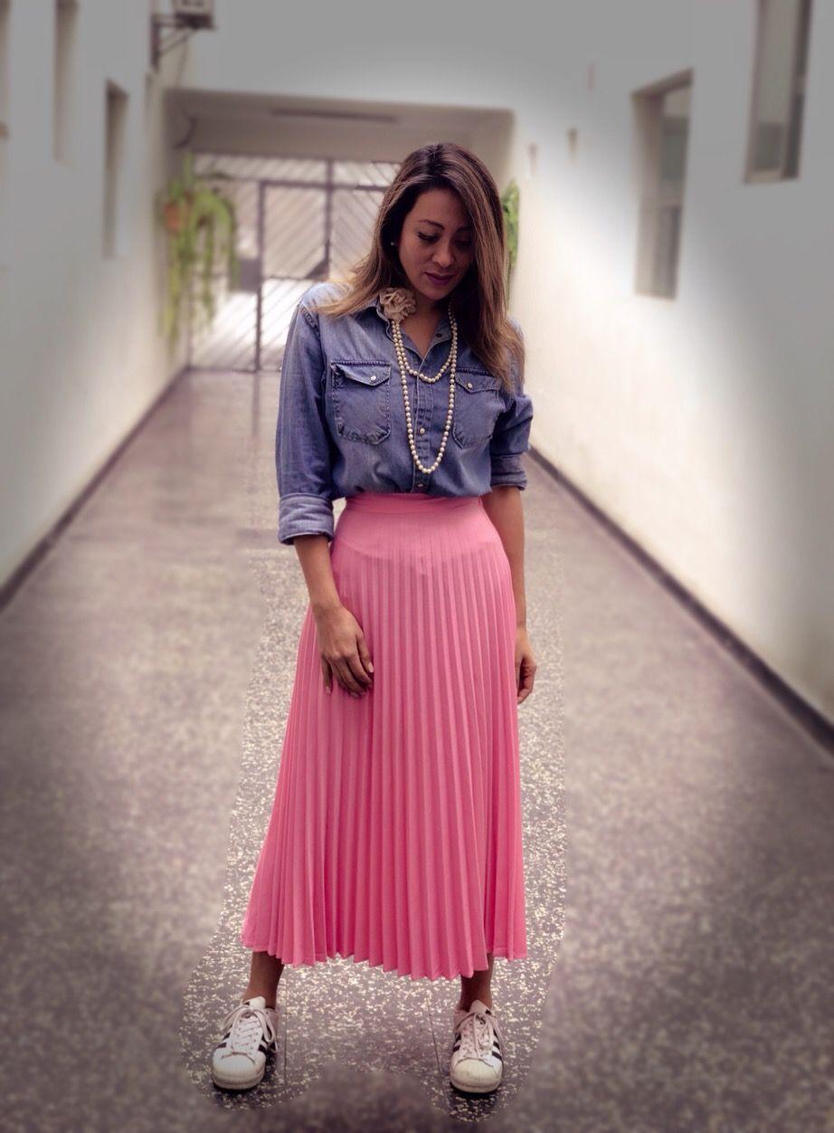 915db70da1 Falda rosada plisada camisa Jean perlas - outfit