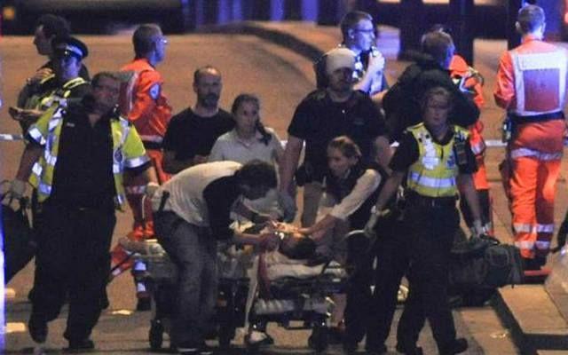 صحيفة: مخاوف من سقوط 7 قتلى في حوادث لندن                مباشر: قالت صحيفة صن البريطانية إن السلطات تخشى سقوط ما يصل إلى 7 قتلى بعد أن دهست شاحنة صغيرة بيضاء أناسا على جسر لندن يوم السبت. وقتلت الشرطة المسلحة مهاجمين اثنين في واقعة تبدو مرتبطة بالأولى بمنطقة بورو ماركت المجاورة. وقالت الصحيفة إن 5 أشخاص كانوا في الشاحنة التي دهست المارة. وأضافت أن المهاجمين كانا يحملان سكاكين واستهدفا الناس في الحانات والمطاعم بمنطقة بورو ماركت. وقالت رئيسة الوزراء البريطانية تيريزا ماي اليوم الأحد إن…