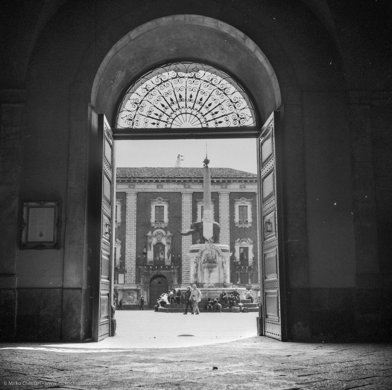 Piazza Duomo, Catania Yashica D /Fomapan 100 /Promicrol 1+146:30min @24°