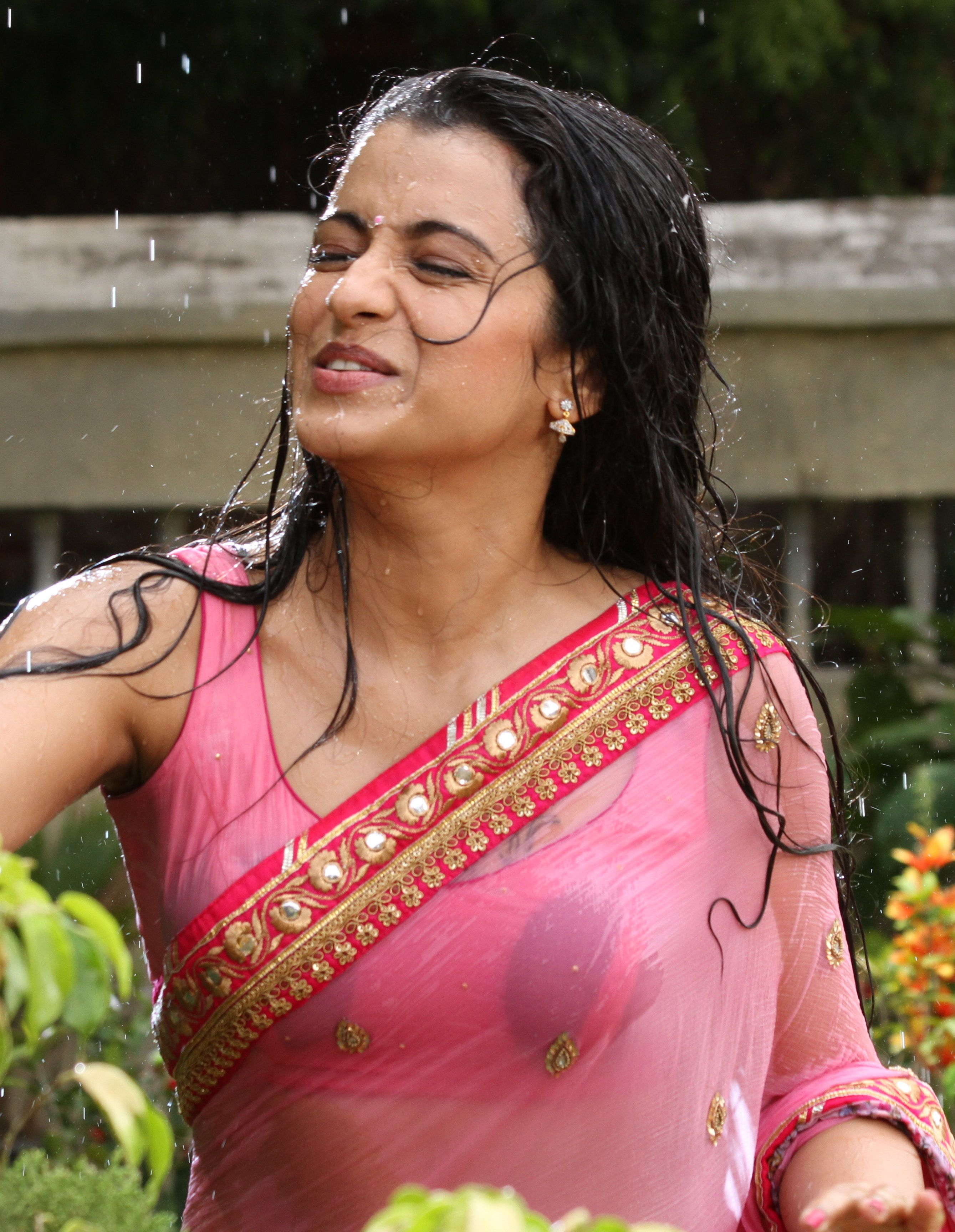 Trisha Hot In Aranmanai 2